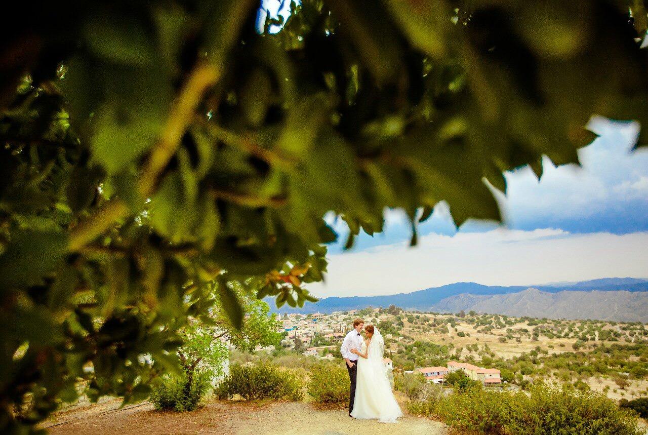Символическая свадьба на Кипре фотография молодожёнов